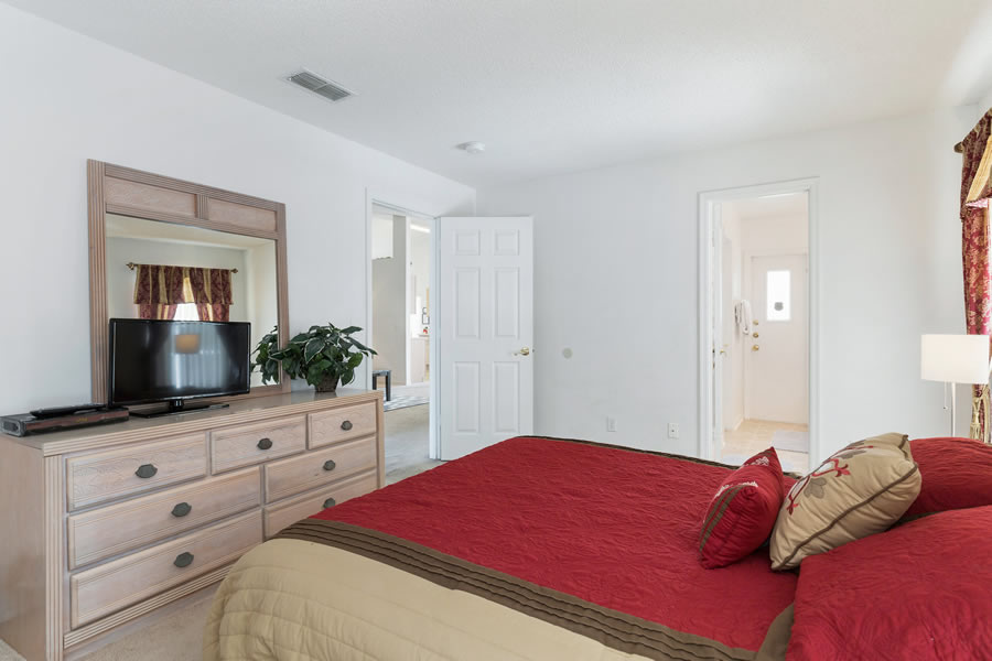 Queen-size Master Bedroom and Ensuite